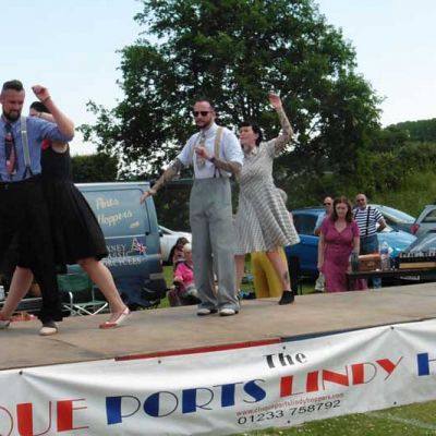 Cinque Ports Lindy Hoppers: Bodiam Senlac Classic Car show June 2017 - Starting the Papa's in bed routine in sweltering heat: Nikkie, Karl, Dru and Sophie - Photo by Rotary Club of Senlac